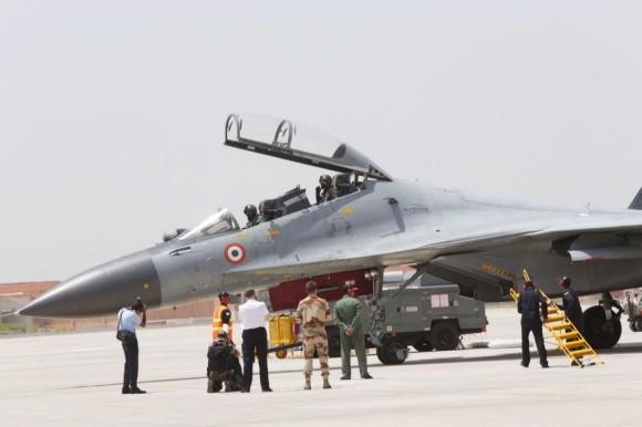 Comandante Força Aérea Francesa e Su-30MKI  no Garuda V - foto via twitter Livefist