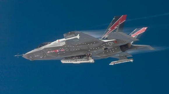 F-35A com baias de armamentos abertas e mísseis externos - foto via  Lockheed Martin