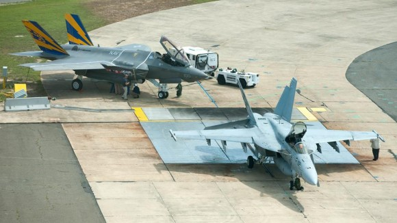 F-35C e F-18 Super Hornet em testes de defletores - foto USN