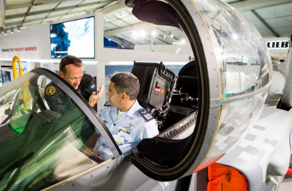 Farnborough - maquete Gripen - foto 13 Saab