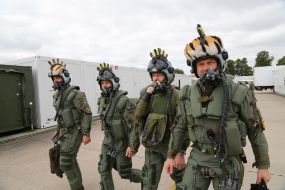 pilotos com capacetes de tigre - Tiger Meet 2014 - foto Luftwaffe