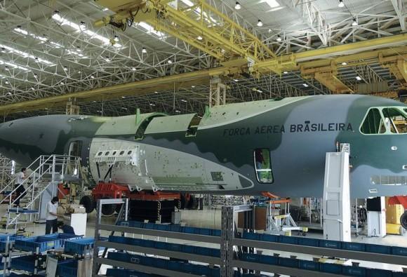 protótipo KC-390 na linha da Embraer - foto via AIN Online