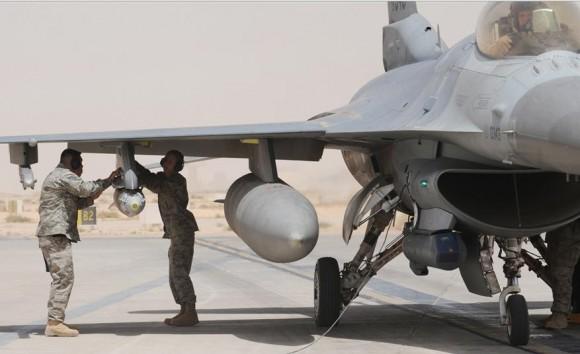 F-16 é armado no Iraque - foto USAF