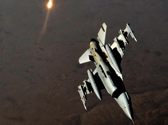 F-16 curva após ataque no Iraque - foto USAF