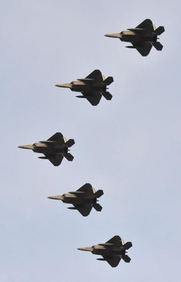 F-22 em formatura de cinco aeronaves - foto USAF