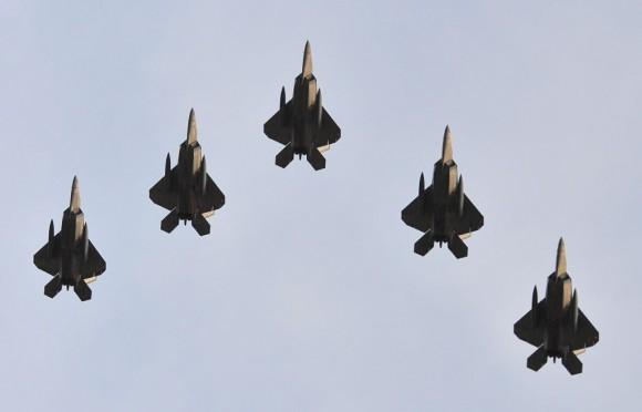 F-22 em formatura de cinco aeronaves - recorte foto USAF