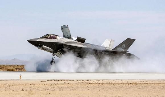 F-35B testes de pista molhada e vento cruzado - foto via Code One