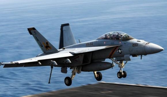 Super Hornet do Fighting Black Lions - VFA 213 - em junho no CVN 77 - foto USN