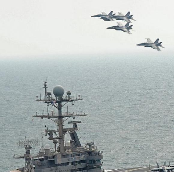 caças Super Hornet sobre CVN - foto USN
