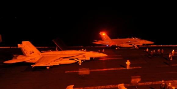 Caças Super Hornet E e F dos VFA 31 e VFA 213 prontos para lançamento pelo USS George HW Bush CVN 77 - foto 23-9-14 USN