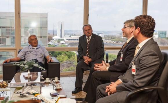 Comandante Juniti Saito com executivos da Novaer - foto Novaer