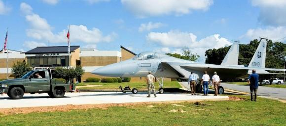 Un F-15 por las calles F-15-movimentado-para-servir-de-monumento-em-Warner-Robins-EUA-foto-2-USAF-580x257