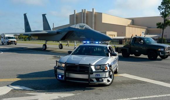 Un F-15 por las calles F-15-movimentado-para-servir-de-monumento-em-Warner-Robins-EUA-foto-3-USAF-580x341