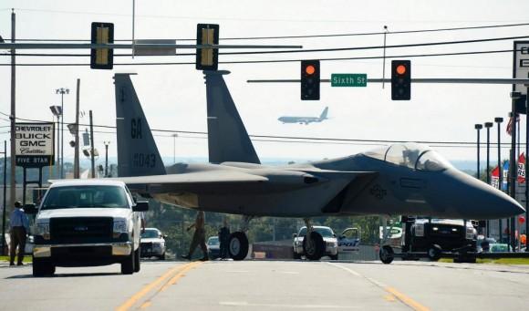 Un F-15 por las calles F-15-movimentado-para-servir-de-monumento-em-Warner-Robins-EUA-foto-USAF-580x341