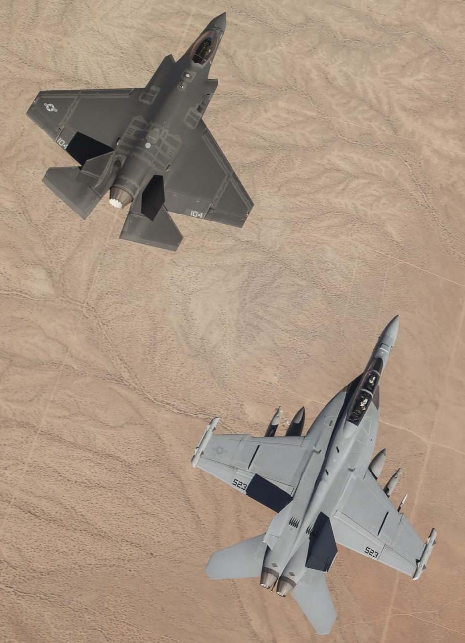 F-35C e Super Hornet sobre o deserto de Mojave - foto USN