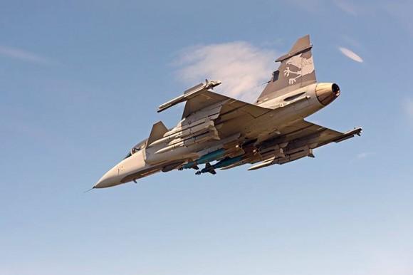 Gripen NG com 2 bombas e seis mísseis - foto SAAB