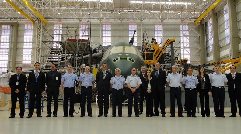 http://www.aereo.jor.br/wp-content/uploads//2014/09/KC-390-visita-do-comandante-da-For%C3%A7a-A%C3%A9rea-do-Chile-%C3%A0-Embraer-foto-2-FACh.jpg