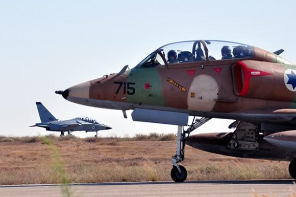 M346 Lavi com A4 em primeiro plano - foto Força Aérea Israelense