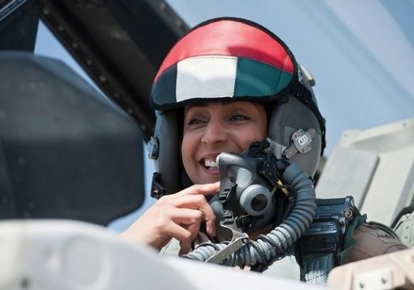 Major Mariam Al Mansouri - mulher piloto de F-16 que liderou ataque dos Emirados ao EI - foto 2 via The National