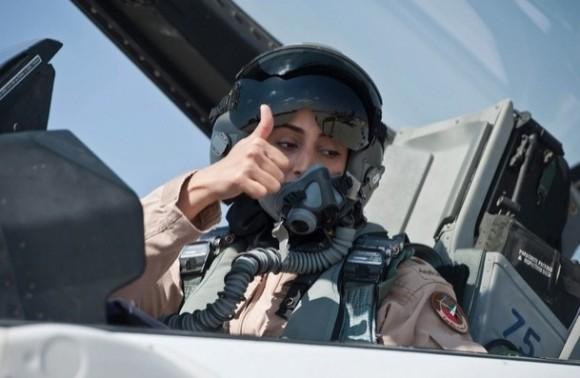 Major Mariam Al Mansouri - mulher piloto de F-16 que liderou ataque dos Emirados ao EI - foto via The National