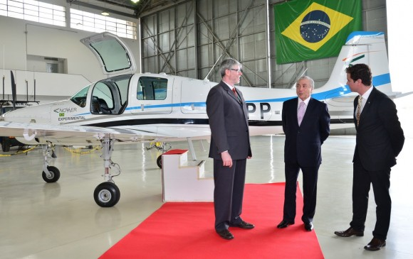 T-Xc protótipo no DCTA e vice-presidente Michel Temer - foto Novaer