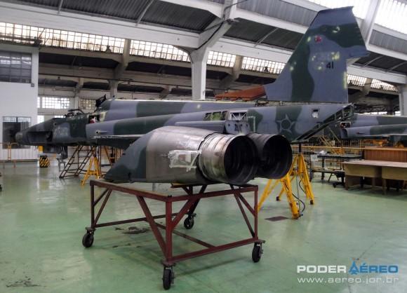 Domingo Aéreo PAMA-SP 2014 - revisão caça F-5EM 4841 no Hangar 3 - foto 2 Nunão - Poder Aéreo