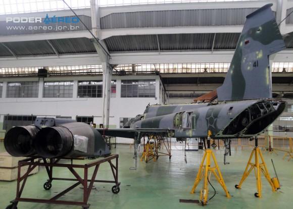 Domingo Aéreo PAMA-SP 2014 - revisão caça F-5EM 4841 no Hangar 3 - foto Nunão - Poder Aéreo