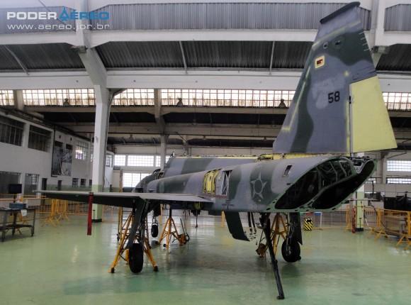 Domingo Aéreo PAMA-SP 2014 - revisão caça F-5EM 4858 no Hangar 3 - foto Nunão - Poder Aéreo