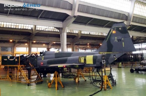 Domingo Aéreo PAMA-SP 2014 - revisão caça F-5EM 4859 no Hangar 3 - foto Nunão - Poder Aéreo