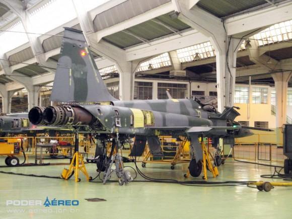Domingo Aéreo PAMA-SP 2014 - revisão caça F-5EM 4859 no Hangar 3 - teste trem de pouso - foto Nunão - Poder Aéreo