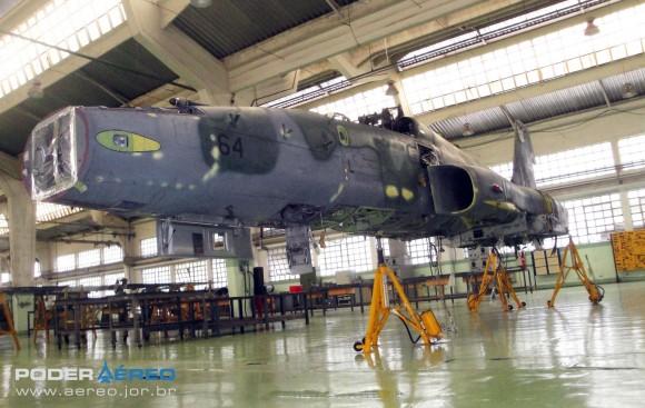 Domingo Aéreo PAMA-SP 2014 - revisão caça F-5EM 4864 no Hangar 3 - foto 2 Nunão - Poder Aéreo