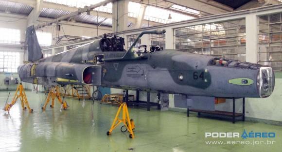Domingo Aéreo PAMA-SP 2014 - revisão caça F-5EM 4864 no Hangar 3 - foto Nunão - Poder Aéreo