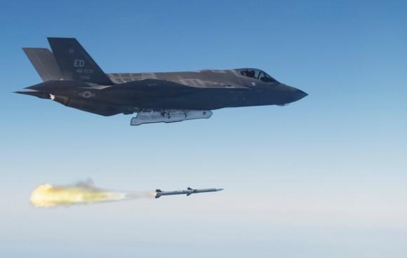 F-35A em teste de disparo de AMRAAM - foto Lockheed Martin
