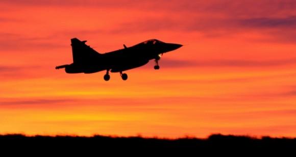 Foto de Gripen representando operação diurna prolongada à noite - foto Forças Armadas da Suécia