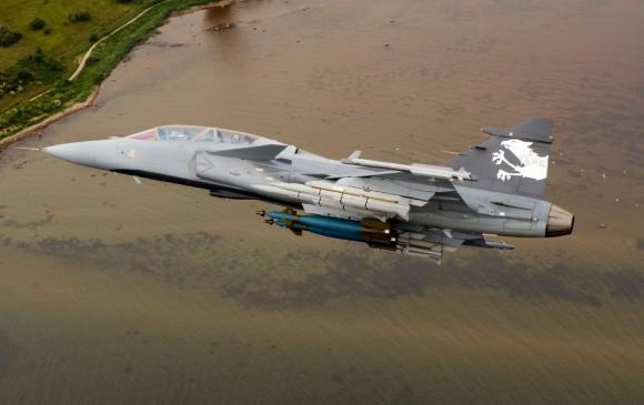 Gripen NG com seis mísseis e duas bombas - foto Saab