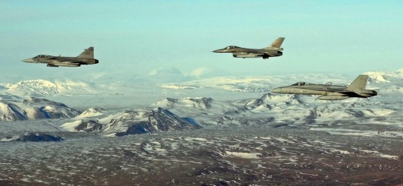 Gripen sueco - F-16 norueguês - F-18 finlandês - voo sobre a Islândia - foto Foças de Defesa da Finlândia
