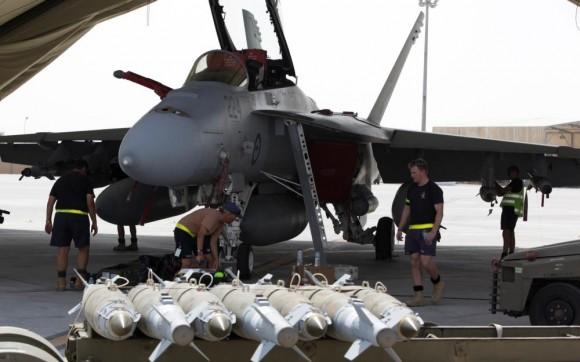 Missão Super Hornets da RAAF em 5-10-2014 - armando aeronaves - foto Min Def Australia