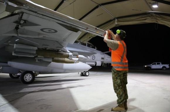 Missão Super Hornets da RAAF em 5-10-2014 - colocação safety tags - foto Min Def Australia