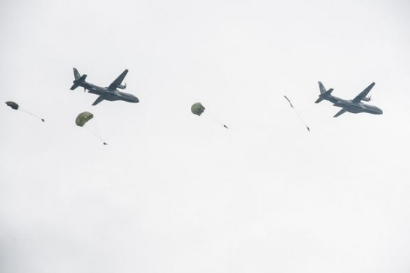 C-295 tchecos lançam paraquedistas - foto Min Def Rep Tcheca