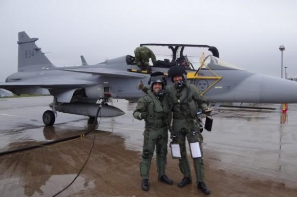 Capitão Fórneas e instrutor - primeiro treino no Gripen - foto FAB