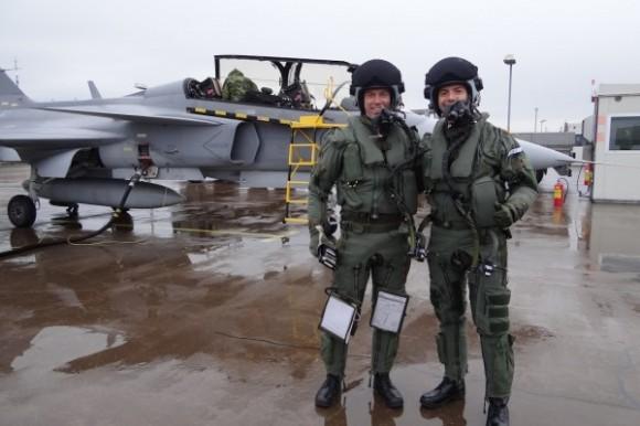 Capitão Pascotto e instrutor - primeiro treino no Gripen - foto FAB