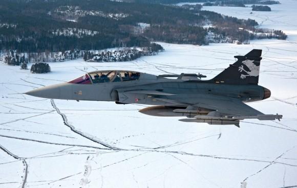 Gripen NG Demo ainda sem IRST sobre terreno nevado - foto Saab