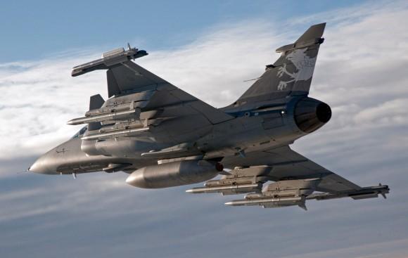 Gripen NG Demo com seis mísseis e um tanque externo - foto Saab