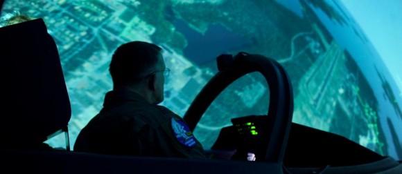 visita comandante da USAFE gen Gorenc à Ala 21 Norrboten - simulador - foto Forças Armadas da Suécia