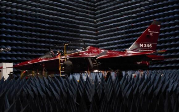 M-346 em câmara anecoica - foto Finmeccanica - Alenia Aermacchi