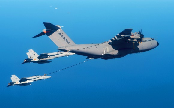 A400M reabastece caças F-18 em voo - foto Airbus Defense