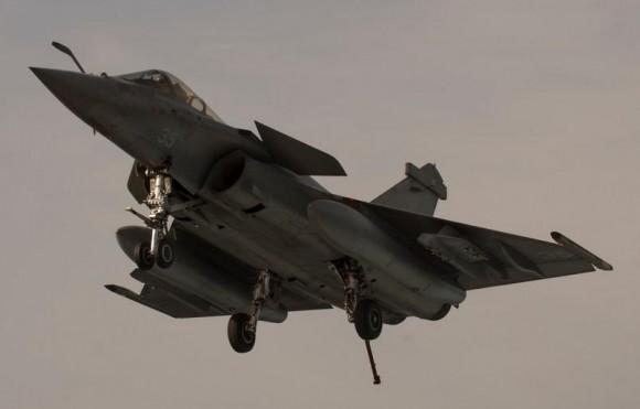 Rafale M pronto para enganchar em missão de 25fev2015 contra o EI - foto MD França