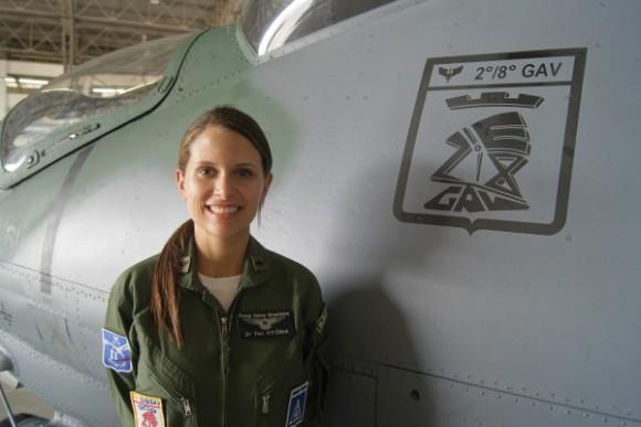 Tenente Vitória e AH-2 Sabre - foto FAB