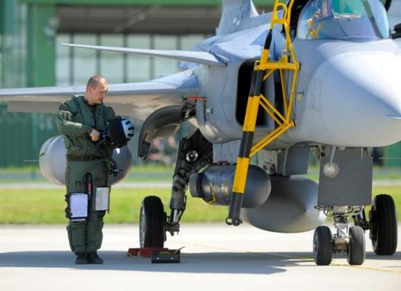 Lion Effort 2015 - Gripen linha voo - foto 2 via Base Aérea Caslav Rep Tcheca