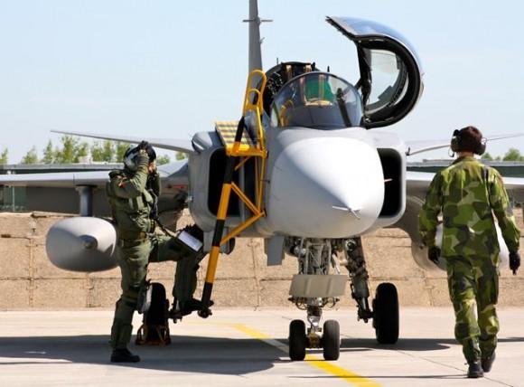 Lion Effort 2015 - Gripen linha voo - foto via Base Aérea Caslav Rep Tcheca